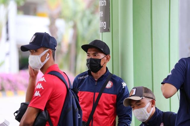 Công Phượng và đồng đội đeo kín khẩu trang khi đến Singapore - 8
