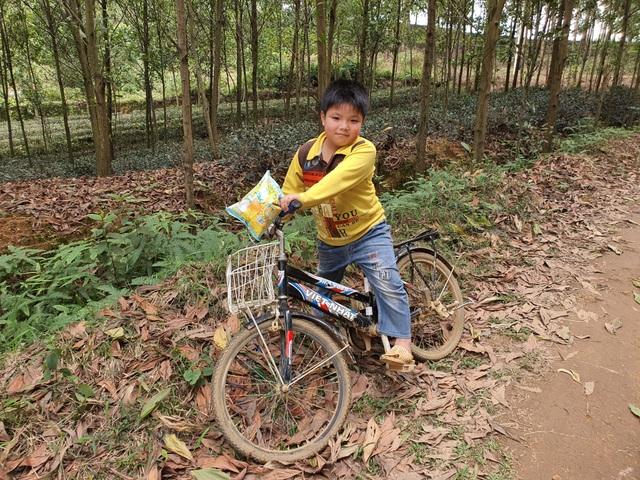 Bạn đọc Dân trí tặng cậu bé mồ côi chiếc xe đạp và 102 triệu đồng - 3