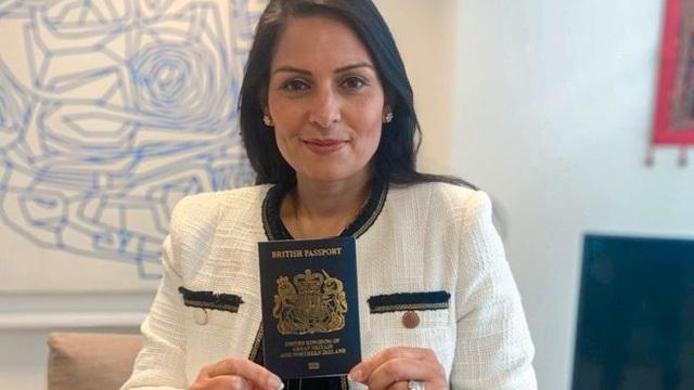 Anh chính thức đổi màu hộ chiếu sau khi rời EU - 1