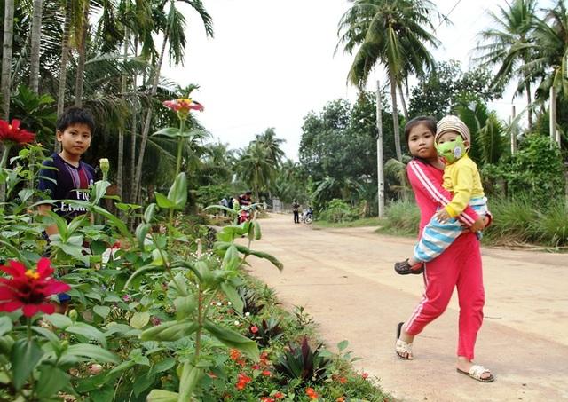 """Cả làng """"xin"""" hoa về trồng, đường quê Bình Định đẹp như tranh họa - 3"""