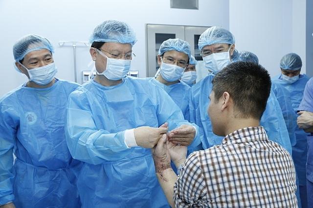 Đầu tiên trên thế giới: Việt Nam thành công ghép chi thể từ người cho sống - 1