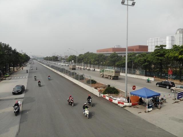 Bất chấp lệnh cấm nhiều xe tải hạng nặng vẫn ngạo nghễ vào đường đua F1 - 1