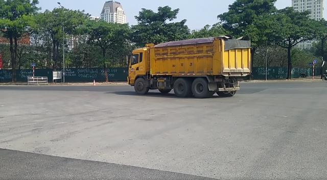 Bất chấp lệnh cấm nhiều xe tải hạng nặng vẫn ngạo nghễ vào đường đua F1 - 8