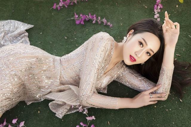 Anika Trinh Trinh diện váy pha lê xuyên thấu - 1