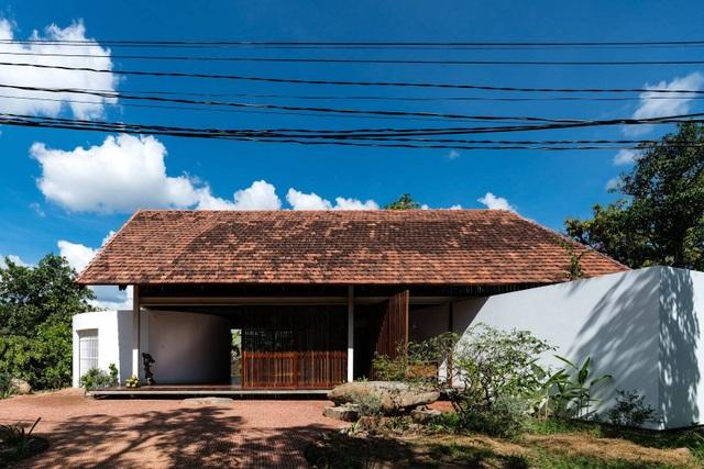 Ngôi nhà cấp 4 ở Đắk Lắk đẹp như resort nhờ thiết kế độc lạ - 1