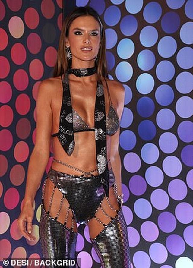 Alessandra Ambrosio bốc lửa dự lễ hội carnival ở Brazil - 5