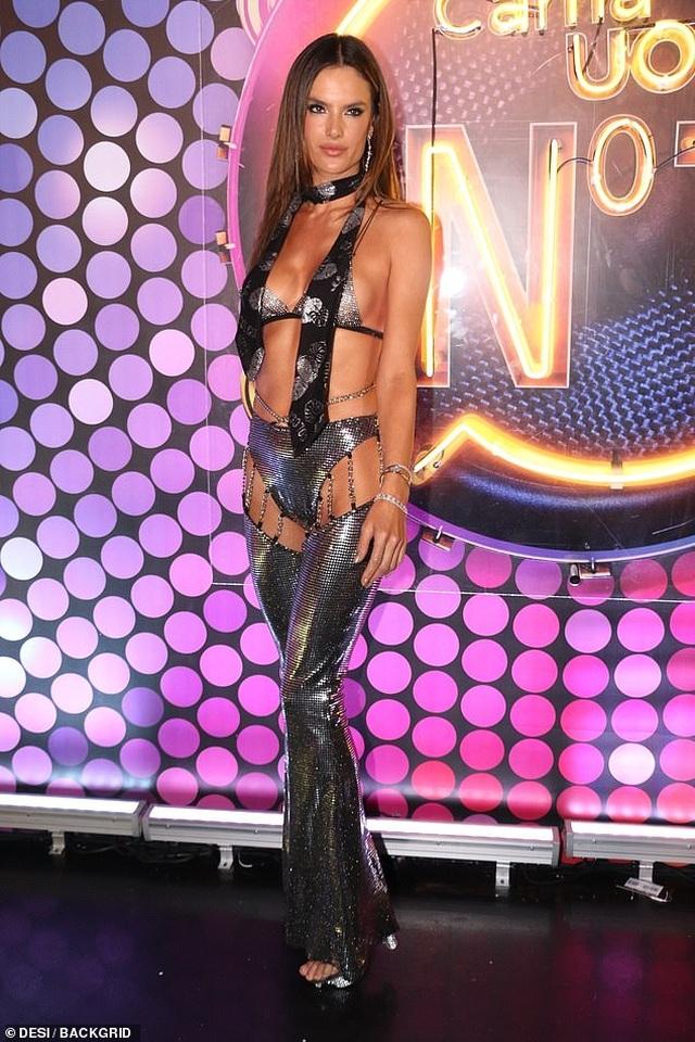 Alessandra Ambrosio bốc lửa dự lễ hội carnival ở Brazil - 3