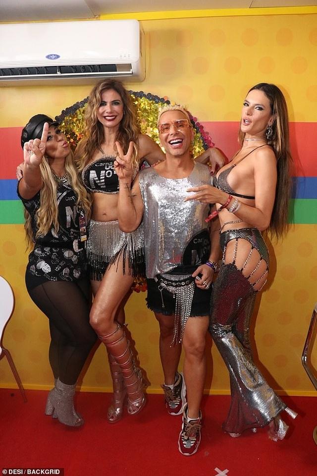 Alessandra Ambrosio bốc lửa dự lễ hội carnival ở Brazil - 8