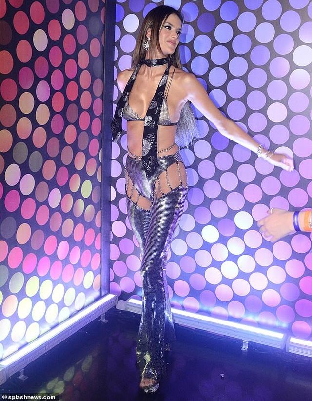 Alessandra Ambrosio bốc lửa dự lễ hội carnival ở Brazil - 7