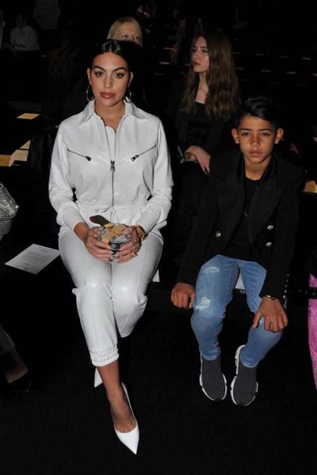Bạn gái C.Ronaldo đẹp sang chảnh khi đưa con trai đi dự sự kiện - 2