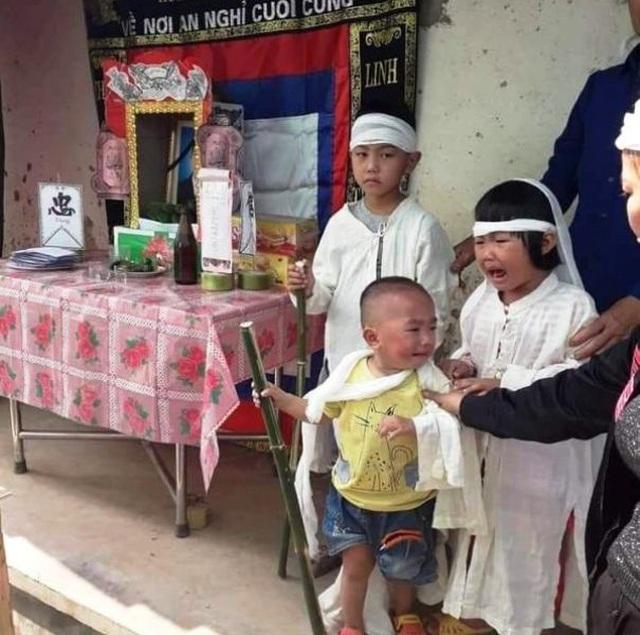 Quặn lòng nhìn 3 đứa trẻ đội khăn tang đứng thất thần bên di ảnh của bố - 1