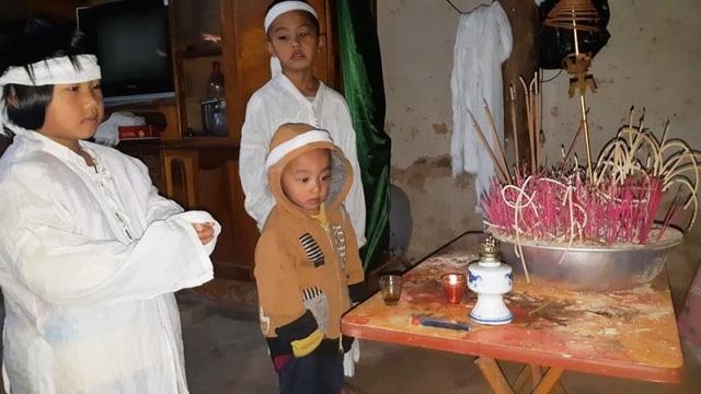 Quặn lòng nhìn 3 đứa trẻ đội khăn tang đứng thất thần bên di ảnh của bố - 2