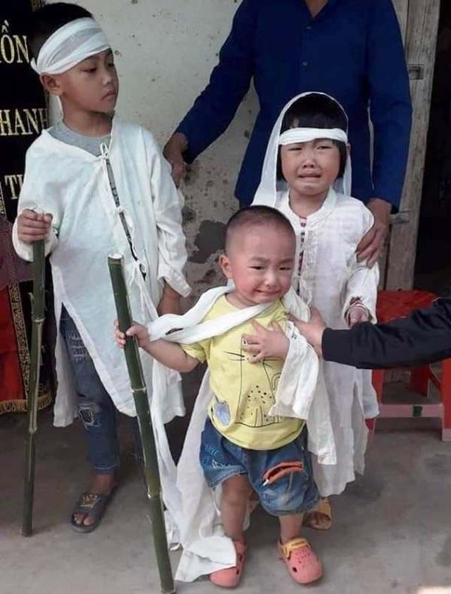 Quặn lòng nhìn 3 đứa trẻ đội khăn tang đứng thất thần bên di ảnh của bố - 7