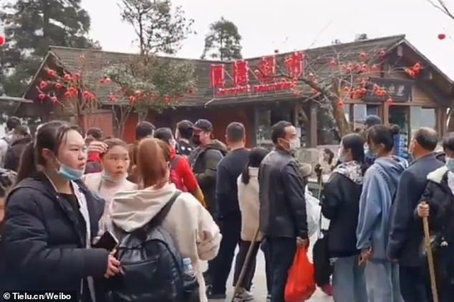 Dân Trung Quốc vẫn ồ ạt đi du lịch bất chấp dịch Covid-19 đang hoành hành - 1