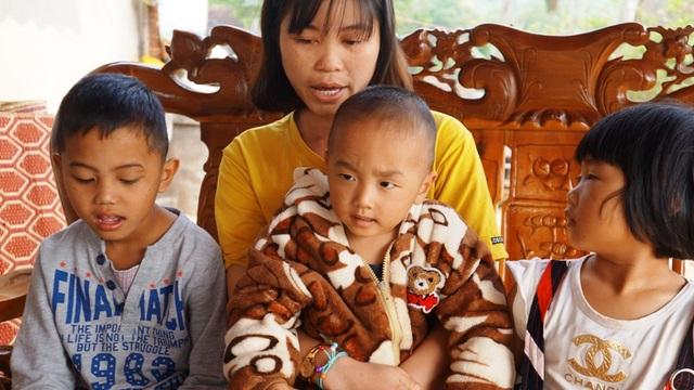 Quặn lòng nhìn 3 đứa trẻ đội khăn tang đứng thất thần bên di ảnh của bố - 4