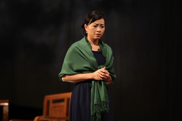 Linh Huệ trên sân khấu kịch Hà Nội.