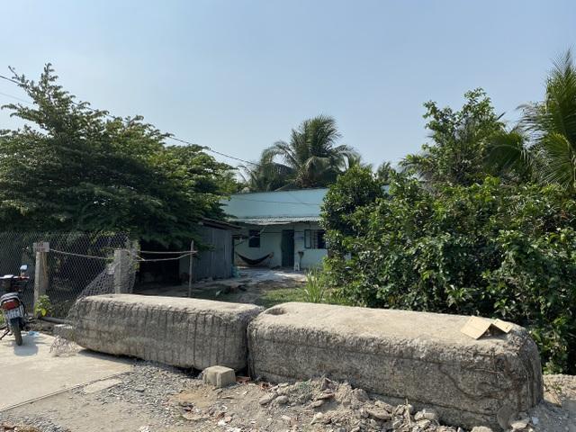 Cả gia đình khốn khổ vì bị hàng xóm mang hàng chục tấn bê tông chặn lối đi - 2