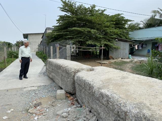Cả gia đình khốn khổ vì bị hàng xóm mang hàng chục tấn bê tông chặn lối đi - 6