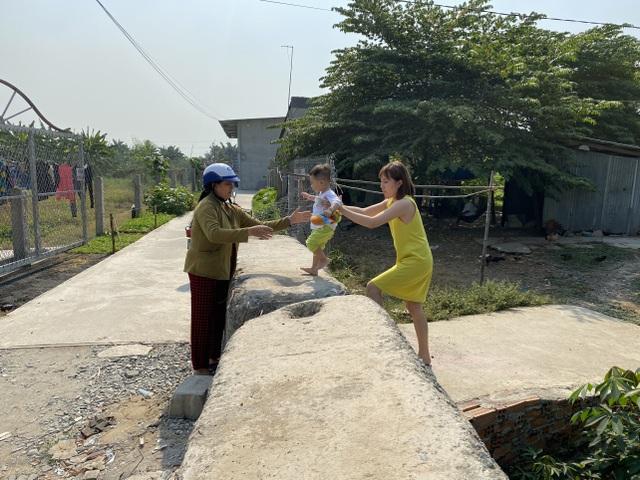 Cả gia đình khốn khổ vì bị hàng xóm mang hàng chục tấn bê tông chặn lối đi - 3