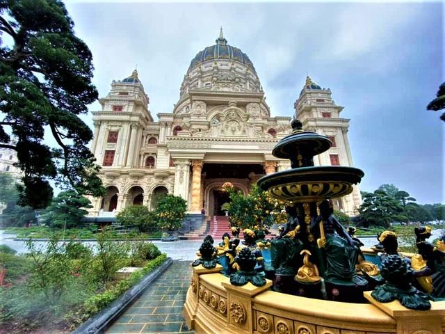 Lâu đài của đại gia Việt: Dát vàng 24k, xây cả nhà hát tráng lệ bên trong - 9