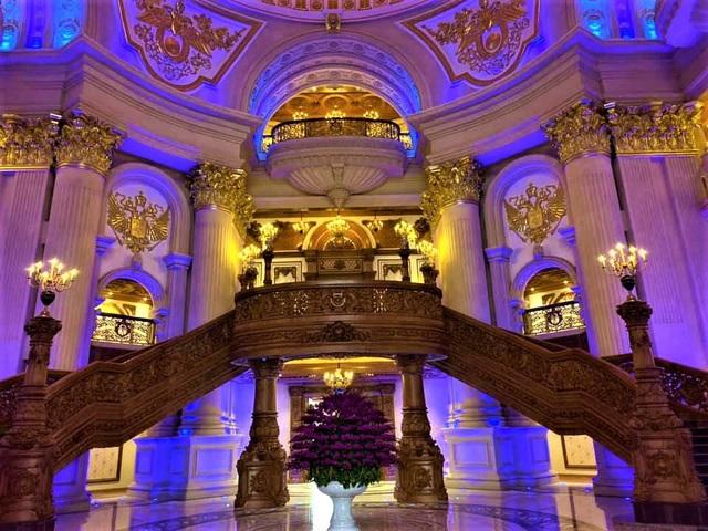 Lâu đài của đại gia Việt: Dát vàng 24k, xây cả nhà hát tráng lệ bên trong - 10