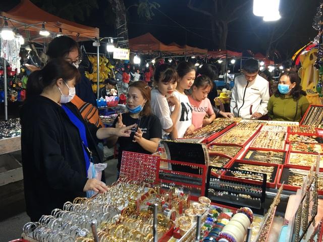 Chợ đêm Sơn Trà vẫn tấp nập khách trong mùa dịch Covid-19 - 2