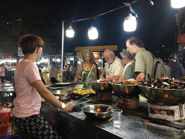 Chợ đêm Sơn Trà vẫn tấp nập khách trong mùa dịch Covid-19 - 4