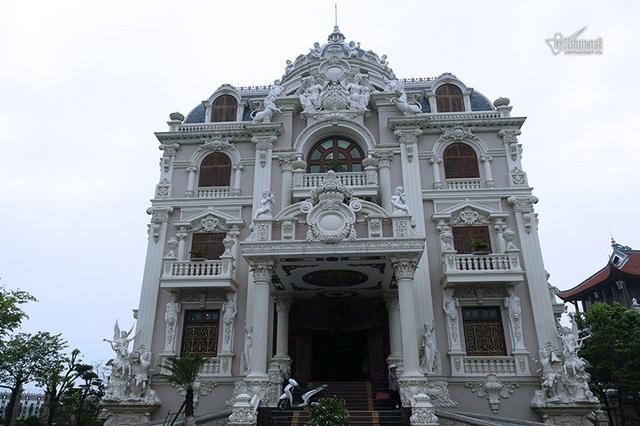 Lâu đài của đại gia Việt: Dát vàng 24k, xây cả nhà hát tráng lệ bên trong - 2
