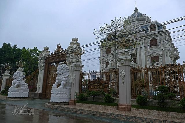 Lâu đài của đại gia Việt: Dát vàng 24k, xây cả nhà hát tráng lệ bên trong - 1