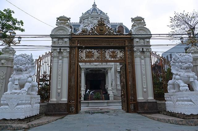 Lâu đài của đại gia Việt: Dát vàng 24k, xây cả nhà hát tráng lệ bên trong - 3