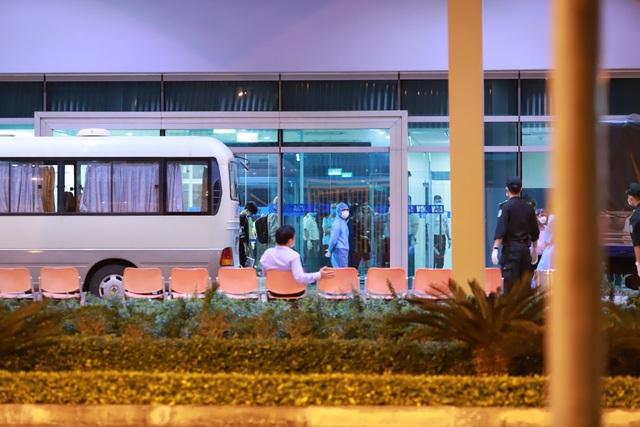 Chuyến bay đưa nhóm du khách về Hàn Quốc cất cánh ngay trong đêm - 3