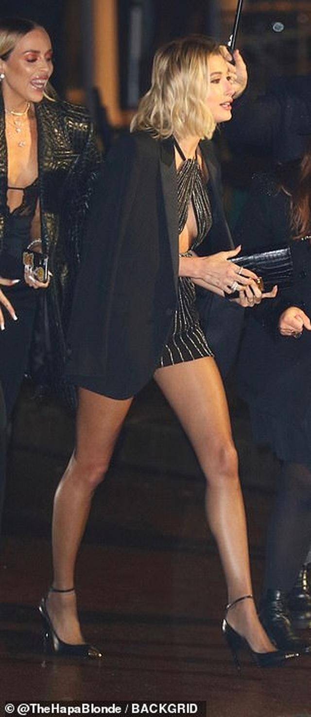 Hailey Bieber khoe chân nuột nà - 9