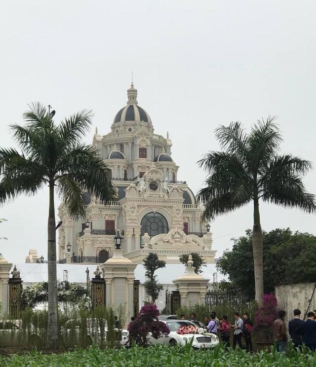 Lâu đài của đại gia Việt: Dát vàng 24k, xây cả nhà hát tráng lệ bên trong - 4