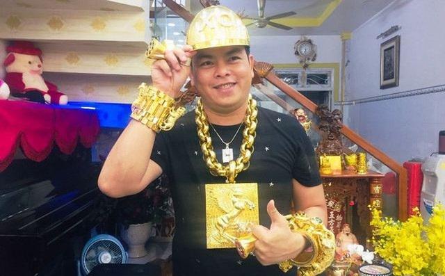 """Trả hồ sơ vụ """"đại gia"""" đeo nhiều vàng nhất Việt Nam - 1"""