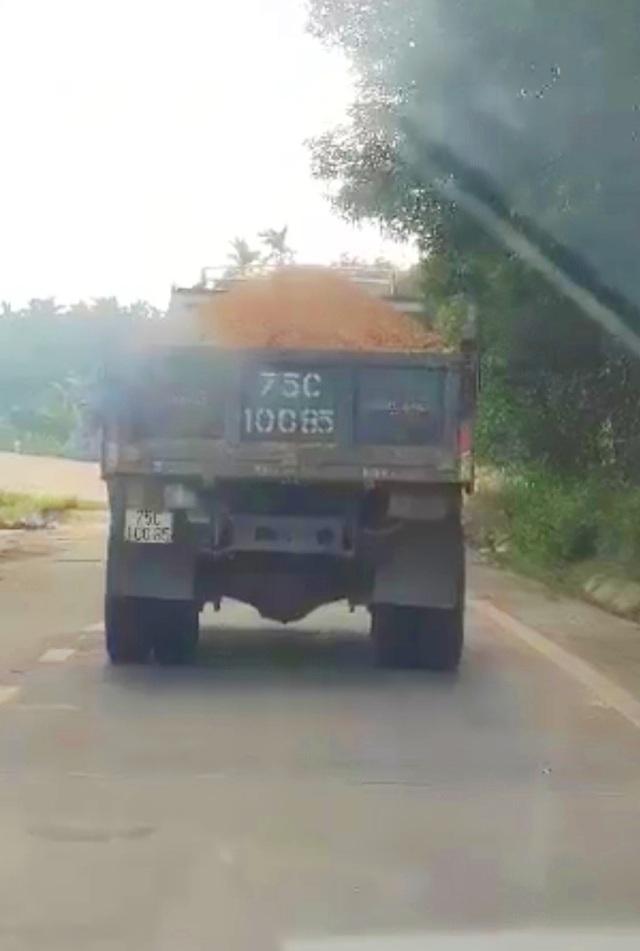 Ồ ạt lấy đất đồi chở ra ngoài tiêu thụ trái phép tại Thừa Thiên Huế - 3