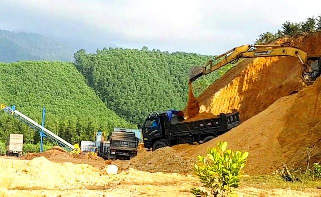 Ồ ạt lấy đất đồi chở ra ngoài tiêu thụ trái phép tại Thừa Thiên Huế - 1
