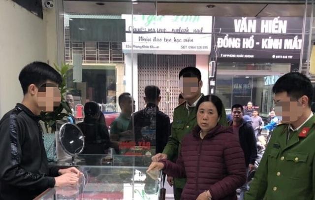 Hà Nội: Mượn vàng cho người nhà xem rồi chiếm đoạt tài sản - 1