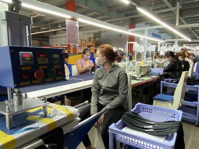 Hơn 1.100 lao động Trung Quốc làm việc lại sau khi cách ly phòng Covid-19 - 1