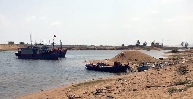 Phú Yên: Lạch biển bồi lấp nghiêm trọng, ngư dân khốn đốn  - 1