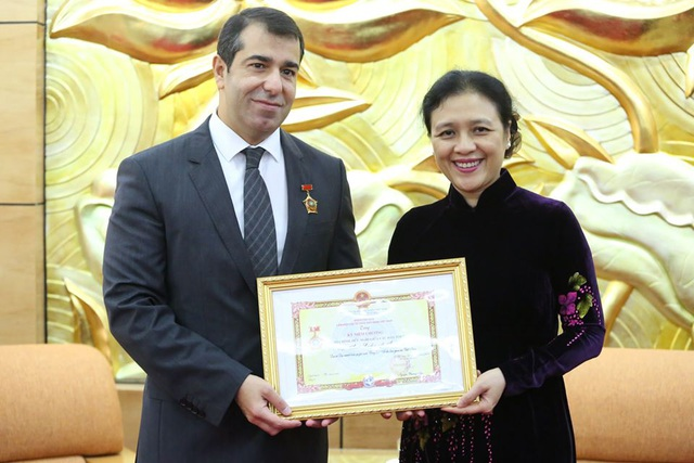 Đại sứ Azerbaijan nhận kỷ niệm chương Vì hòa bình hữu nghị giữa các dân tộc - 1