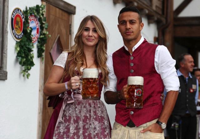 Ngắm những bóng hồng xinh đẹp hết lòng cổ vũ cho Bayern Munich - 3