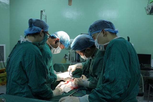 Phẫu thuật thành công khối u gần 5 kg cho cụ bà 80 tuổi - 1