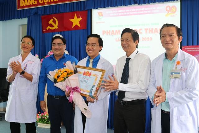 Hai thầy thuốc trẻ 3 lần được trao giải thưởng Phạm Ngọc Thạch - 1