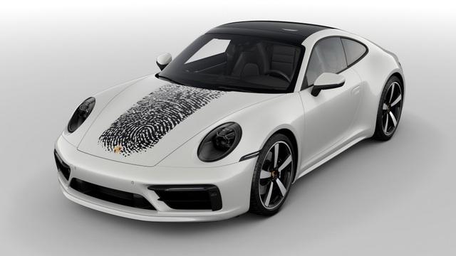 Tốn hơn 8.000 USD để in dấu vân tay khổng lồ lên nắp ca-pô xe Porsche 911 - 1