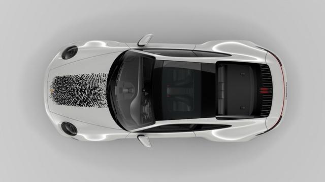 Tốn hơn 8.000 USD để in dấu vân tay khổng lồ lên nắp ca-pô xe Porsche 911 - 3