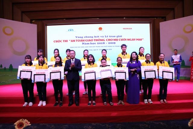 """Sáng tạo trong tổ chức cuộc thi """" An toàn giao thông cho nụ cười ngày mai"""" năm học 2019 - 2020 - 3"""