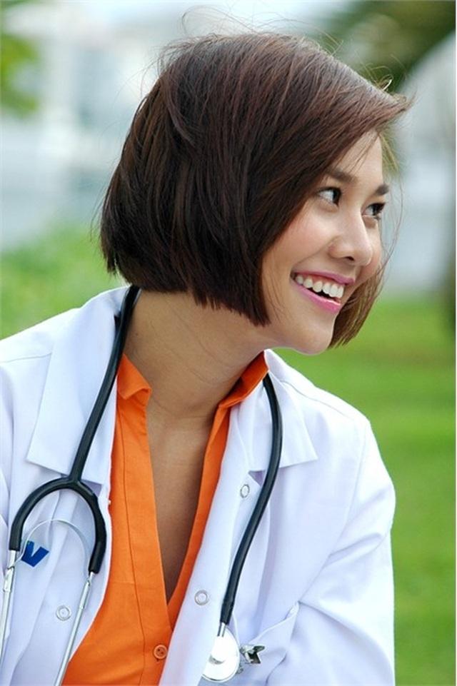 Ngắm Việt Anh, Nhã Phương, Việt Hương và loạt sao hoá thân thành bác sĩ - 6