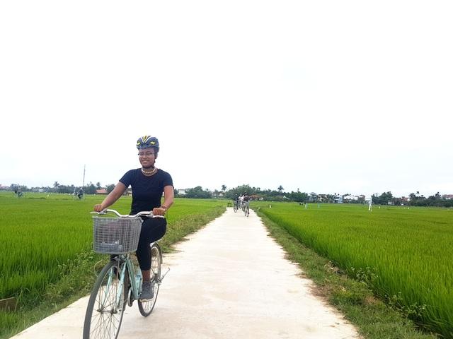 Khách Tây thích thú cưỡi trâu, đi xe đạp khám phá đồng lúa ở Hội An - 1