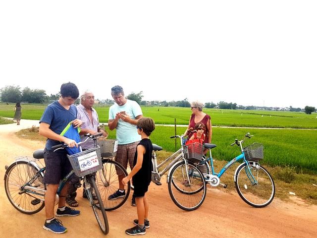 Khách Tây thích thú cưỡi trâu, đi xe đạp khám phá đồng lúa ở Hội An - 2