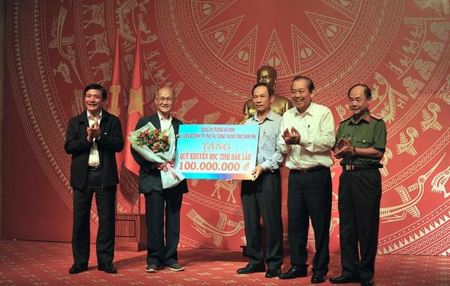 Phó Thủ tướng Trương Hòa Bình tặng 100 triệu đồng cho Quỹ Khuyến học - 1